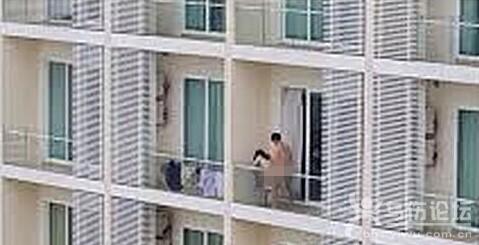 大白天!小情侣阳台上啪啪啪长达半小时!脸红…